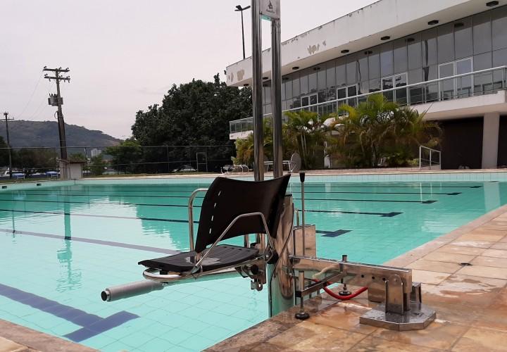 Saiba como ter uma piscina com acessibilidade