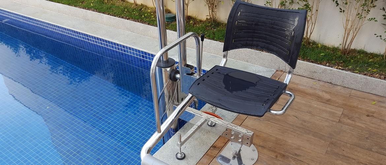 elevador de piscina, elevador para piscina, acessibilidade na piscina, cadeirante na piscina